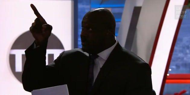 Shaquille O'Neal détruit un projecteur qui l'éblouit en direct à la télévision