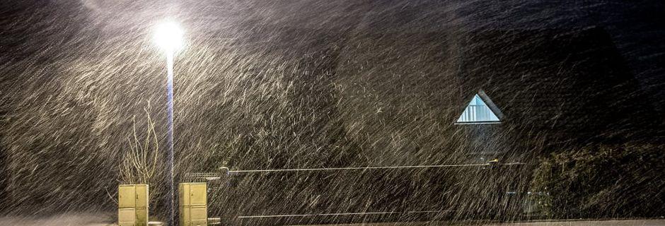 La tempête prévue par Météo France prive 190.000 foyers d'électricité, le trafic SNCF en partie interrompu