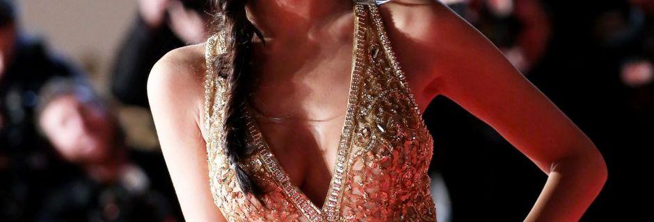 Jade Lagardère toute nue sous sa robe en crochet...