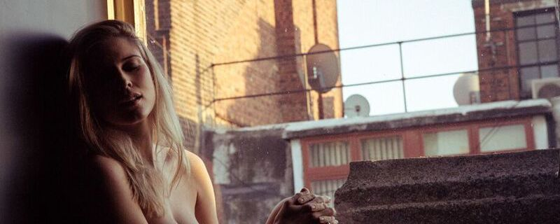 Des photos de Ashley James nue et seins nus