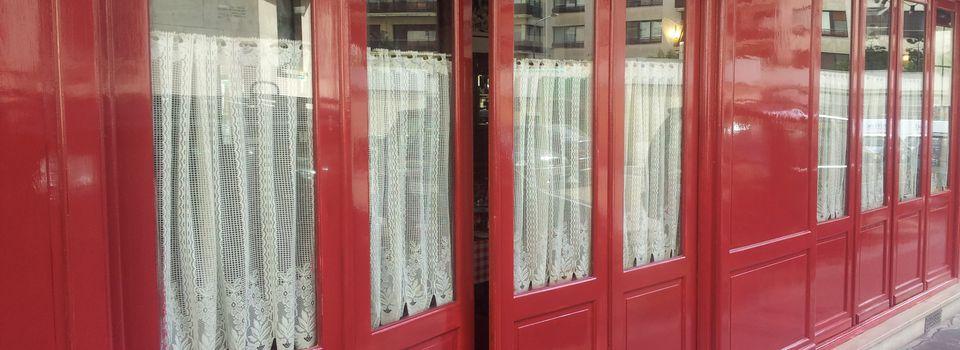 laque tendue et lettres peintes sur devanture de restaurant