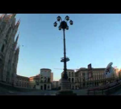 Diffuse le immagini del lancio dal Duomo di Milano. (Video)