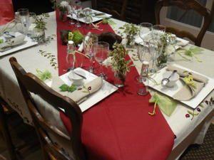 Une table en lin et rouge