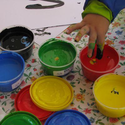 Come far dipinge i  bambini: colori a dita, pennelli, spugnette