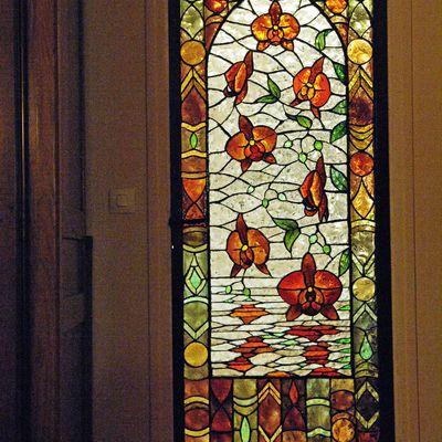 Porte d'intérieur en dalles de verre sculptées. Création originale évoquant une tapisserie orientale
