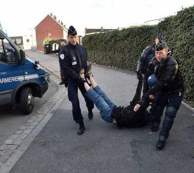 Pourquoi des Policiers français usent de violence disproportionnée et cognent sauvagement sur les Immigrés et les exilés...