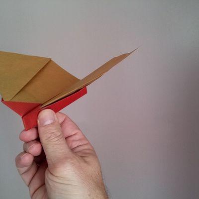 Un avion en papier à ailes battantes