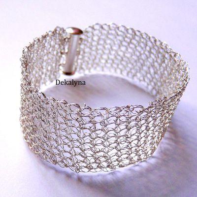 Bracelet large argenté fait au crochet par Dekalyna