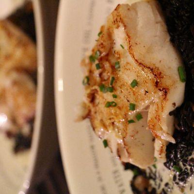 Cabillaud , risotto de riz venere aux coques , asperges rôties