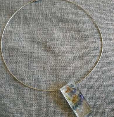 Collier rigide pendentif résine Fleur séchée
