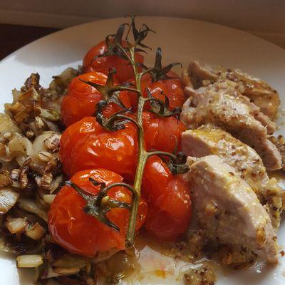 Filet mignon de porc en croûte de moutarde et tomates cerises confites