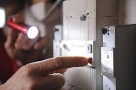 Un électricien hautement doué offre le meilleur service