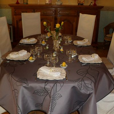 TABLE GRISE ET JAUNE .....( AVRIL 2013)