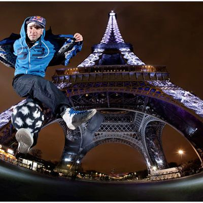 Séan Garnier, a French freestyle football player