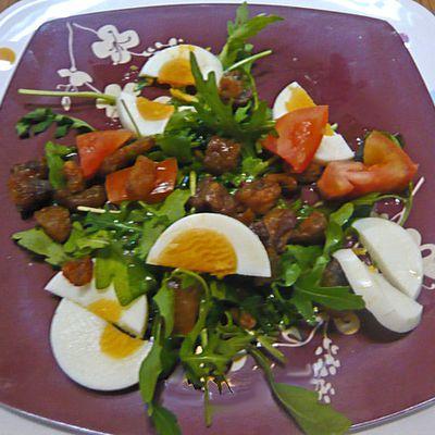 Salade croustillante et colorée aux grattons de canard