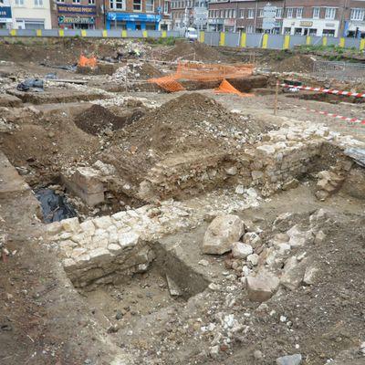 Visite des fouilles de la Collégiale St Piat: la rue pavée et les sépultures