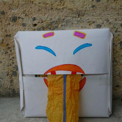 Le papier transformé en marionnette pour emballer les cadeaux