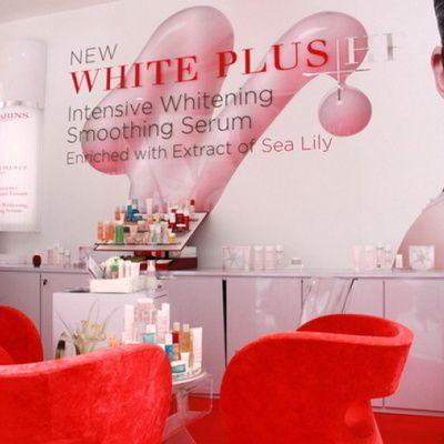 La gamme de produits Clarins White Plus : guide d'achat détaillé (prix, conseils, utilisations)