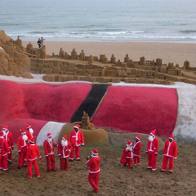 ON A TROUVE LE PERE NOEL EN TRAIN DE DORMIR SUR UNE PLAGE !!!