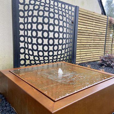 Pose d'une table d'eau en corten et d'un panneau en acier 3D