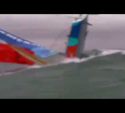 Vidéo - A sailboat capsizes while sailing under spinnaker