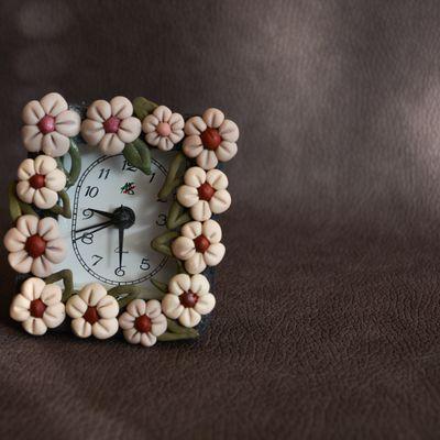 Riciclo creativo: orologio sveglia con cornice argentata rovinata, sostituita con fiori creati col Fimo