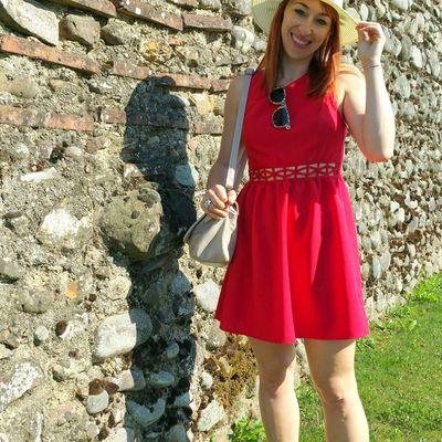 La petite robe rouge et le chapeau de paille
