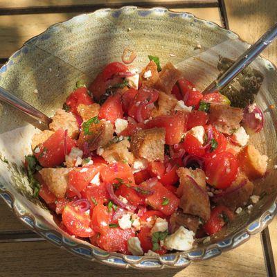 Panzanella à la tomate et à la pastèque