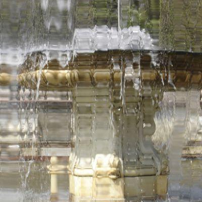 Magie et effets de lumières de l'eau coulant des fontaines (x5)s