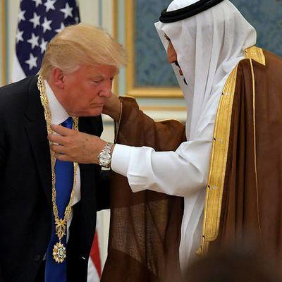 """D. Trump en Arabie Saoudite: """"je vous ai apporté des canons parce que les fleurs c'est vraiment trop périssables""""."""