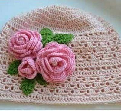 Bonnet fleuri et sa grille gratuite !