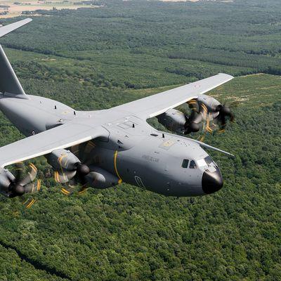 L'A400M Atlas poursuit ses expérimentations en vol pour le largage de parachutistes par les portes latérales