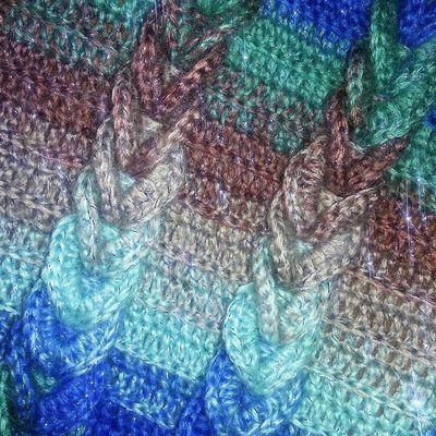 """""""Etincelles"""" Un poncho scintillant au crochet avec un point de tresses"""