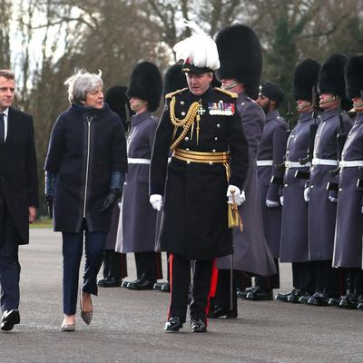 CALAIS ET LES « MIGRANTS » : MACRON CAPITULE DEVANT THERESA MAY