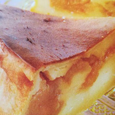 Tendre gâteau aux petits-suisses, coeur poires caramélisées