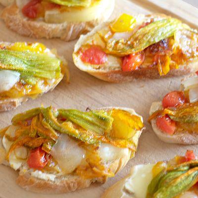 Tartines aux tomates et fleurs de courgettes
