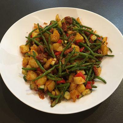 Poêlée de pommes de terre, légumes et chorizo