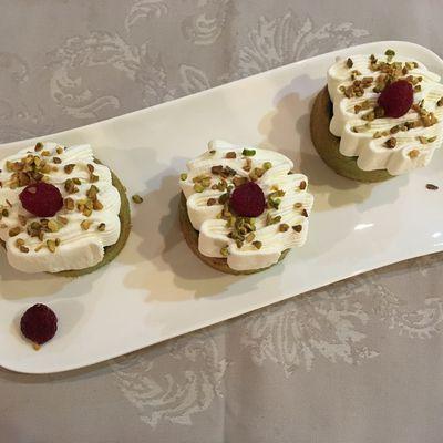 Moelleux pistache, framboises et chantilly à la rose
