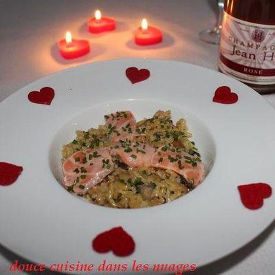 Pâtes grecques grillées comme un risotto et main de Bouddha avec saumon mariné