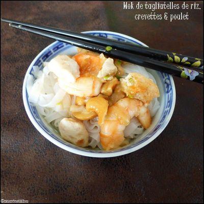 Wok de tagliatelles de riz, crevettes & poulet