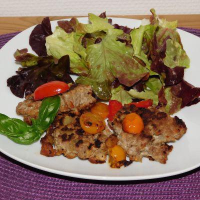 Galettes de viande et aubergines.