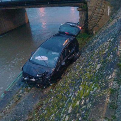 Une voiture tombe du pont Molière en contrebas mais pas dans l'eau !