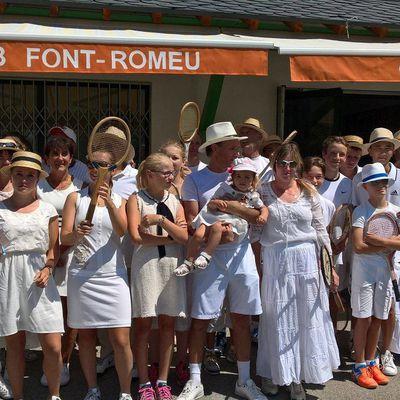 Tournoi de tennis en tenue d'époque