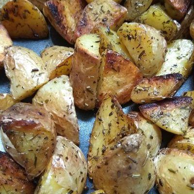 Petites pommes de terre sautées aux herbes au sel de Camargue .