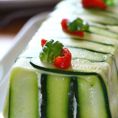 Terrine de chèvre frais aux courgettes,asperges vertes et tomates confites, vinaigrette d'herbes