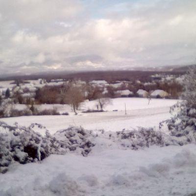 VTT sur route après les chutes de neige du matin