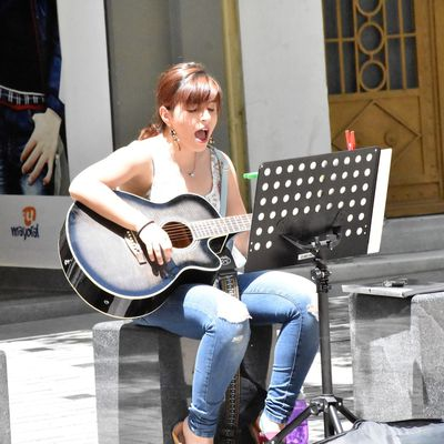 CHANTEUSE DE FOLK-BLUES A ATHENES