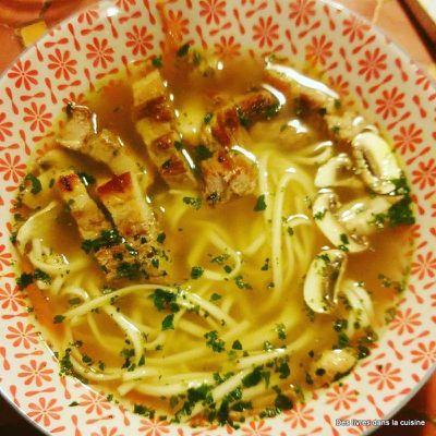 Soupe Pho comme un bouillon épicé aux pâtes udon et poitrine de porc