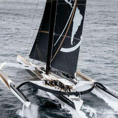 Trophée Jules Verne - Spindrift 2 démâte avant d'arriver à la ligne de départ