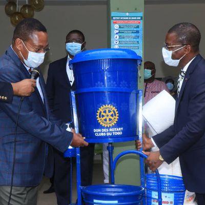 Mettre fin au COVID-19  Les Rotary Clubs du Togo offrent 52 dispositifs de lavage de mains aux marchés du Grand Lomé